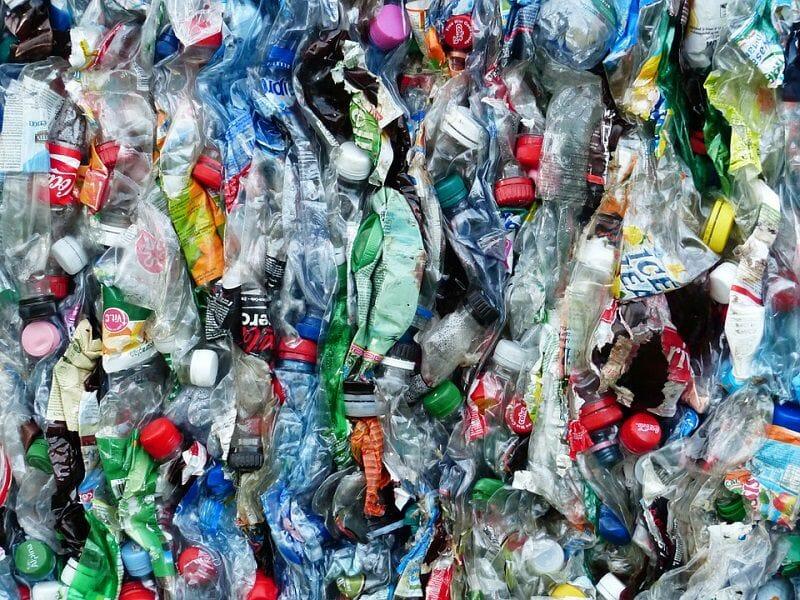 Garrafas plásticas, PET, embalagens no geral, mamadeiras, enlatados, embutidos e tudo mais que pode levar o plástico para o nosso organismo
