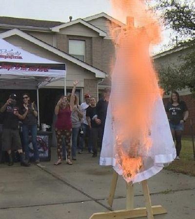 Para celebrar divórcio, mulher coloca fogo em vestido de casamento