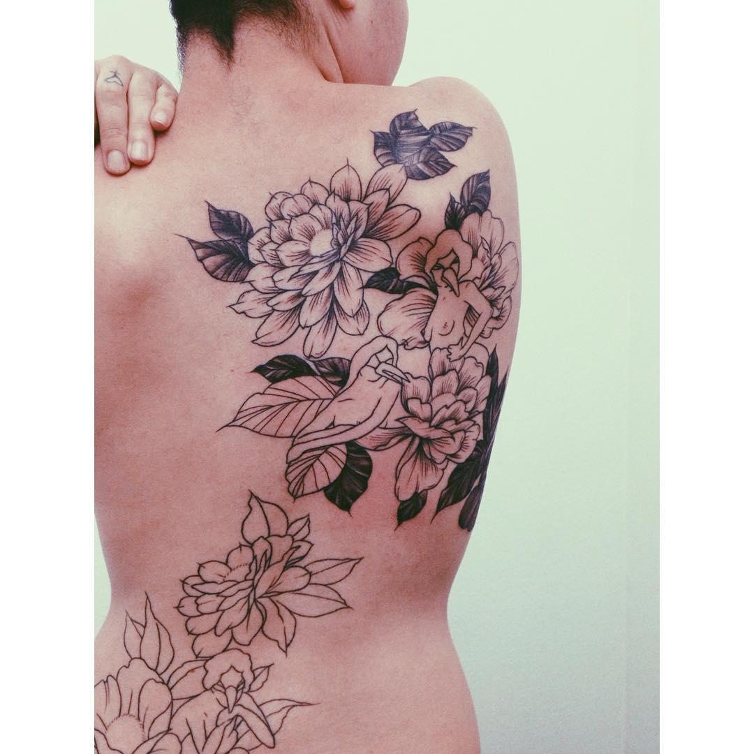 Artista plástica Fe Allucci desenhando no corpo