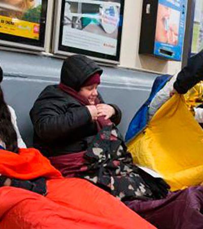 Para acabar com mortes por frio, políticos franceses dormem com pessoas de situação de rua