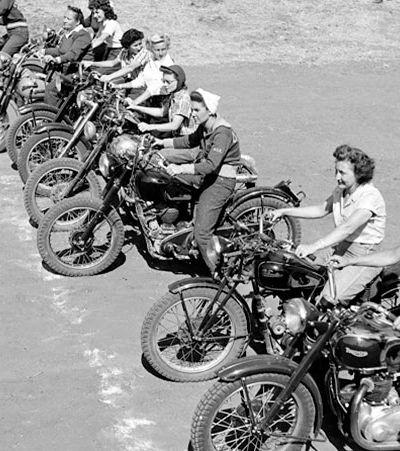 Um rolê com as minas que desafiavam as convenções em 1949 com suas motos, calças e shorts curtos