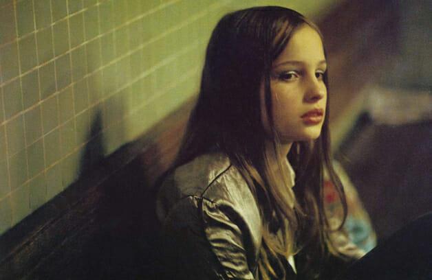 A atriz Natja Brunckhorst vivendo Christiane em cena do filme baseado no livro