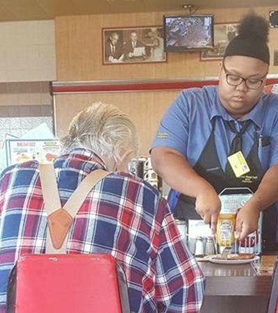 Garçonete ajuda idoso a cortar refeição e acaba recompensada com bolsa de 16 mil na faculdade