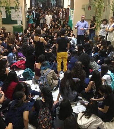 'Ele pode ter escolhido comemorar o dia da mulher passando a mão na sua bunda', alunas mobilizam contra professor