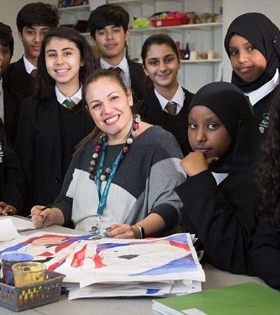Professora aprende 35 línguas para poder falar com todos os seus alunos e ganha prêmio internacional
