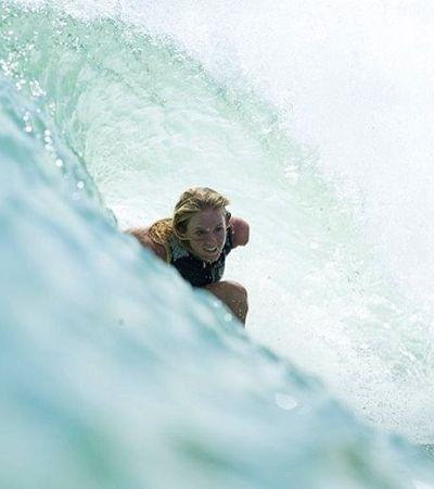 Ela superou a perda do braço num ataque de tubarão, tornou-se surfista profissional e mãe de dois filhos