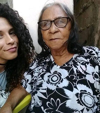 Mulher trans relata emoção ao ser acolhida por avó e padrasto: 'Olhos pingando'