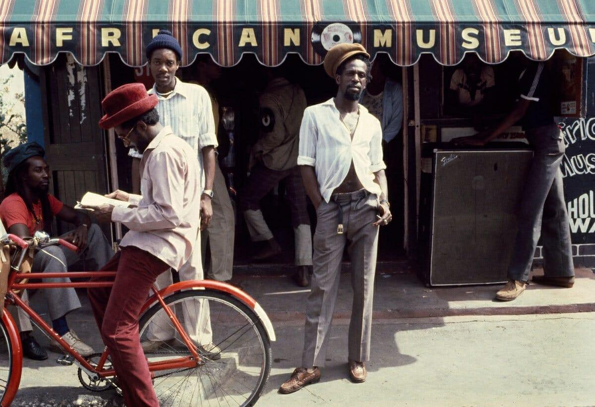 1962. Gregory Isaacs em frente à loja African Museum, em Kingston, Jamaica