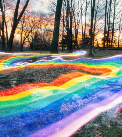 Fotógrafo cria trilhas mágicas de arco-íris em meio à floresta