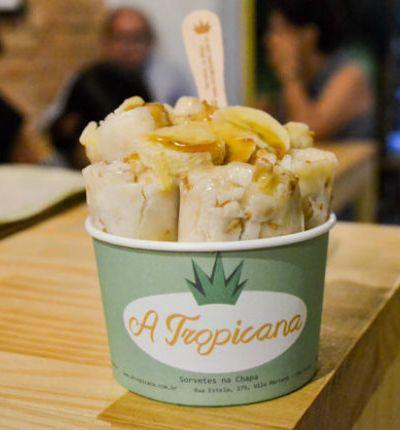 Com técnica tailandesa, 'A Tropicana' faz sorvetes na chapa com ingredientes naturais e orgânicos emSP