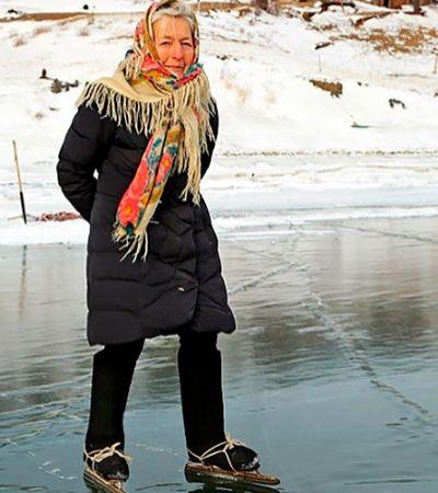 Avó de 76 vive sozinha na Sibéria e cruza o Baikal de patins todo dia para cuidar de animais