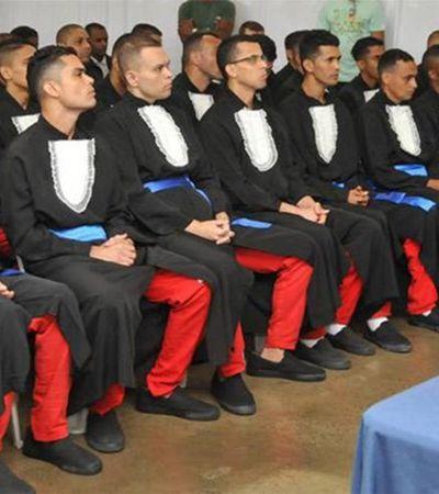 Detentos recebem diploma em penitenciária em iniciativa pioneira