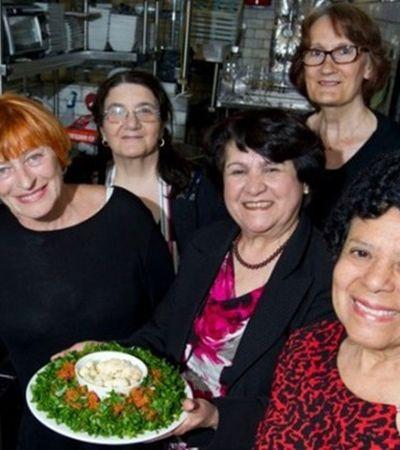 Melhor impossível: restaurante troca chefs por avós e se torna um enorme sucesso