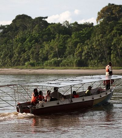 Canoa solar ajuda comunidades a navegar sem gasolina pela Amazônia