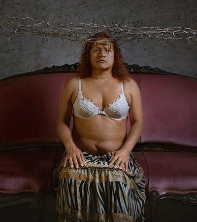 Fotógrafo peruano coloca mulheres trans nuas como ícones religiosos em ensaio