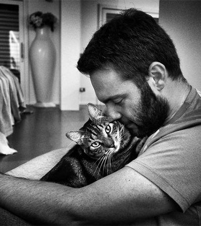 Ela fotografou homens com seus gatos e o resultado é pura fofura