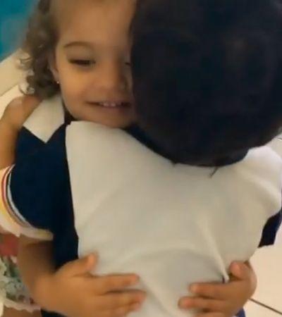 Mais que amigos: Todos os dias, duplinha de crianças se abraça quando chega na escola