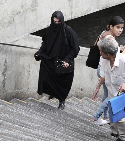 Burkas e pijama por uma semana: este fotógrafo só clica experiências