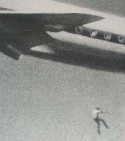 A história por trás da foto do garoto de 14 anos caindo do trem de pouso de um avião nos anos 1970