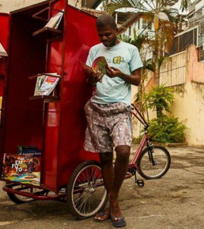 Biblioteca-triciclo percorre morros do RJ e leva livros para crianças das comunidades