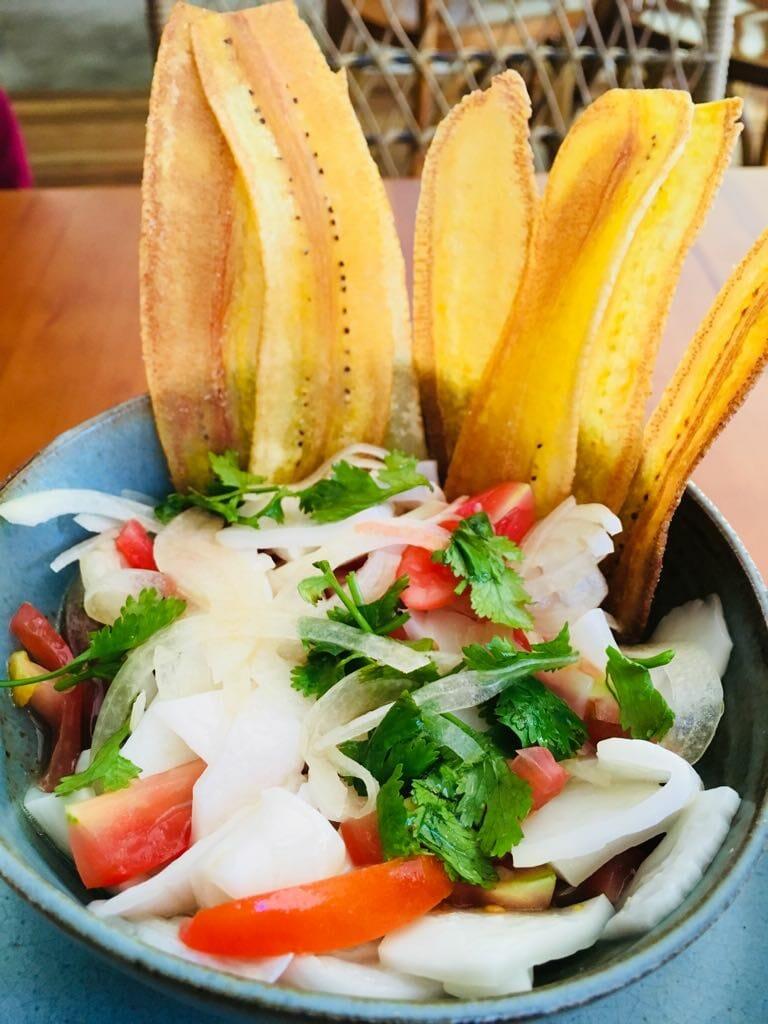 Ceviche de coco com chips de banana