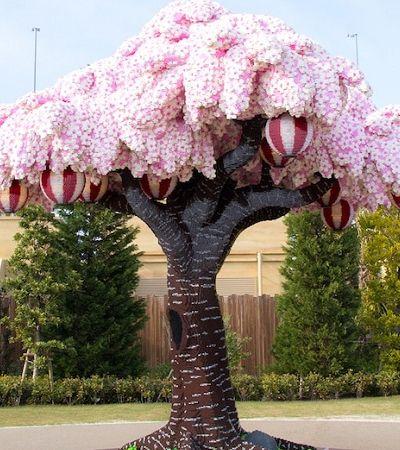 Cerejeira feita com 800 mil peças de Lego entra para o Guinness