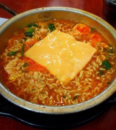 Coreanos estão botando queijo no lámen e dividindo opiniões na internet