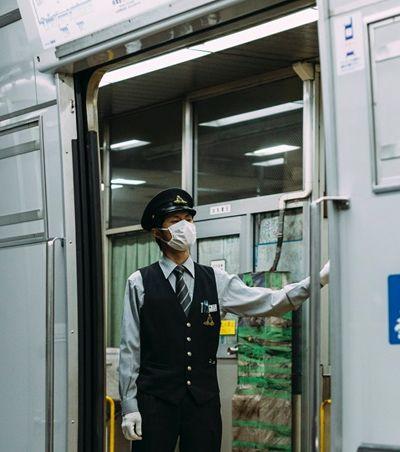 Companhia de trem japonesa se desculpa por deixar estação 25 segundos antes do horário