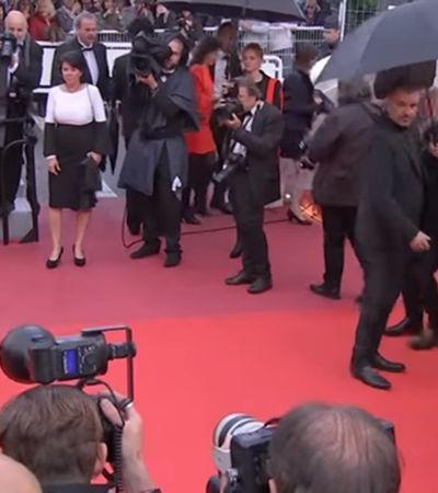 Contra machismo, Kristen Stewart aparece em 'Cannes' descalça