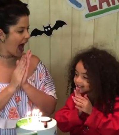 Filha de Samara Felippo contraria clichês e se veste de detetive em festa de aniversário