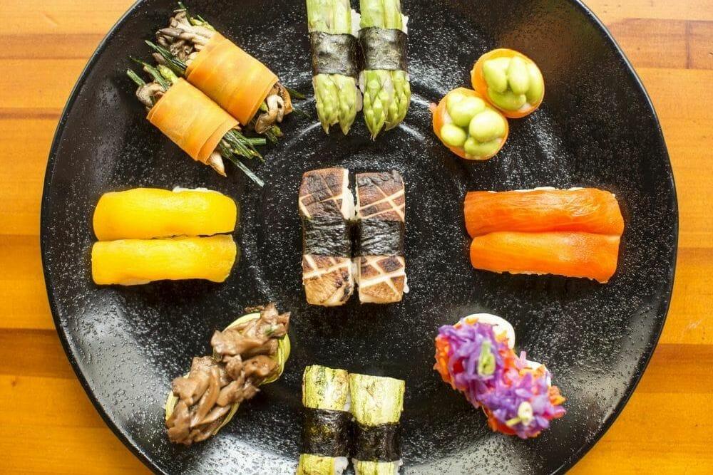 Combinado colorido de sushis
