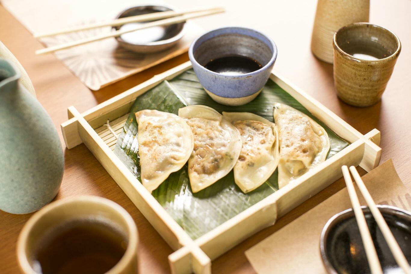 Porção de guioza tem shitake com cabotiá e legumes sazonais