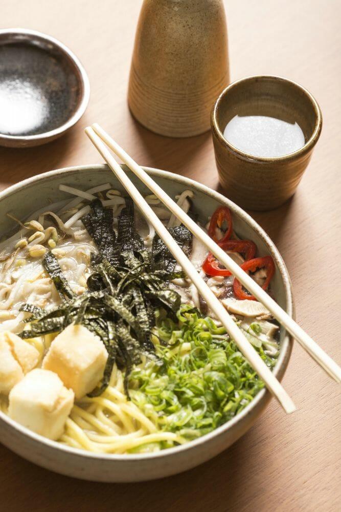 Udon picante com tofu, broto de feijão, e shitake
