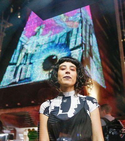 Artista cria mundo utópico da mulher nos meios de transporte