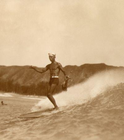 Imagens que captam o início do surfe nos mergulham em nostalgia e no desejo de surfar