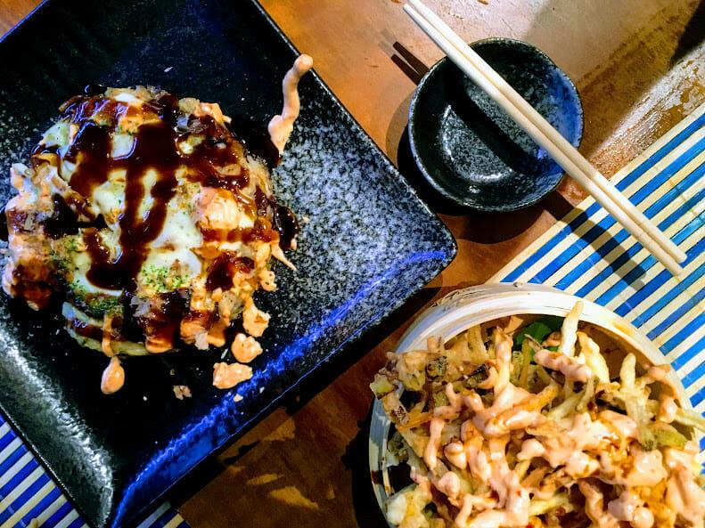 Okonomiyaki e tempurá de legumes todo trabalhado no molho