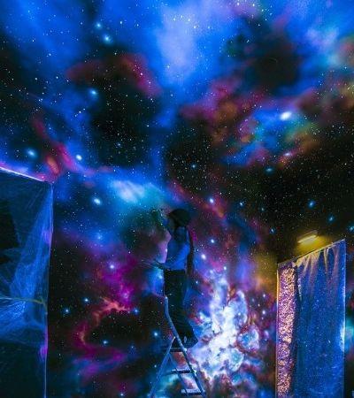 Grafite espacial: Esta artista cria murais de galáxias que brilham no escuro