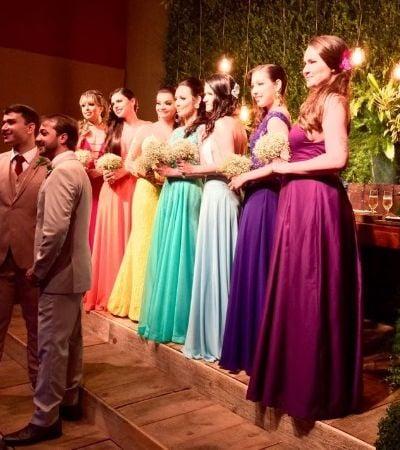 Madrinhas usam cores da bandeira LGBT em casamento de noivos brasileiros