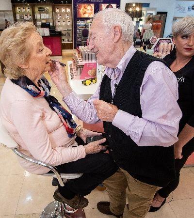 Marido de 84 anos aprende a maquiar esposa, que está perdendo a visão