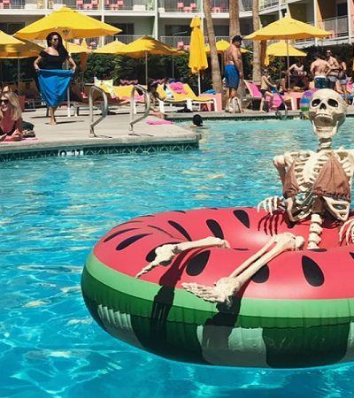 Perfil ridiculariza estereótipos do Instagram com esqueleto e bom humor