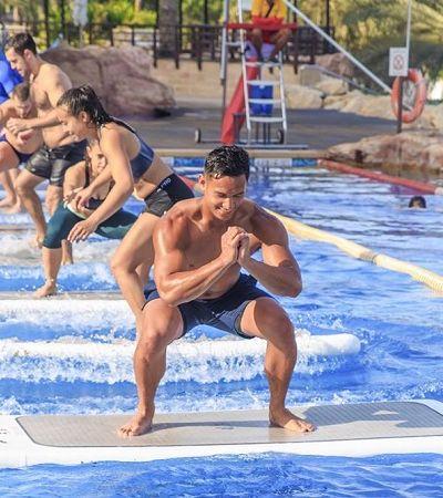 Nova modalidade de yoga desafia praticantes dentro de uma piscina