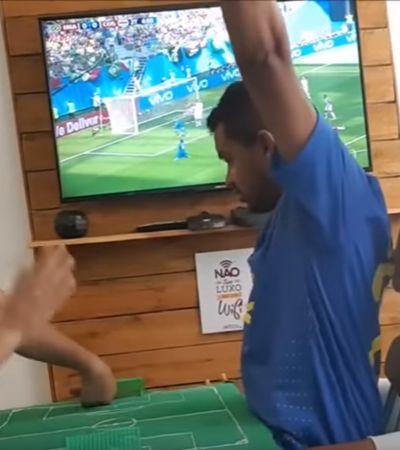 Intérpretes 'traduzem' gol do Brasil na Copa para torcedor deficiente visual e auditivo