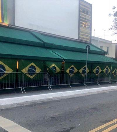 O veto aos telões fez com que torcedores assistissem jogo escondidos por cortinas
