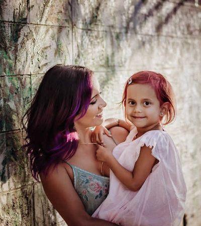 Mãe decide pintar cabelo de filha de 4 anos de rosa para protegê-la de bullying