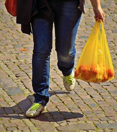 A partir de agora sacolas plásticas estão proibidas por lei em supermercados do Rio