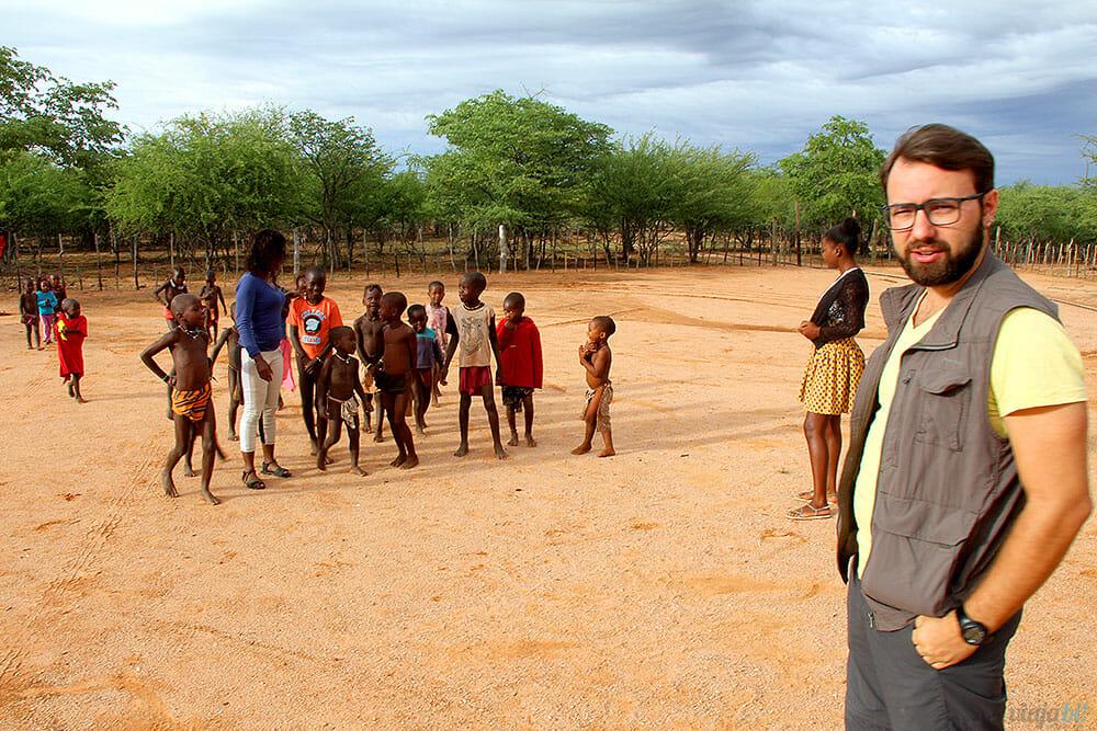 As crianças da tribo Himba, na Namíbia, vindo cumprimentar o gringo (eu) - Foto: Seu Mochilão