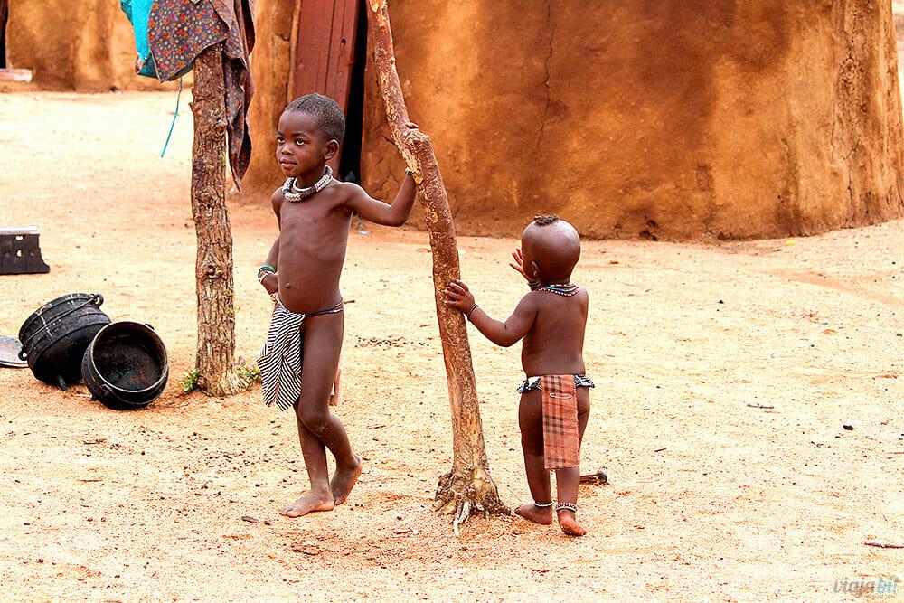 As crianças da tribo Himba, na Namíbia, brincando - Foto: Viaja Bi!