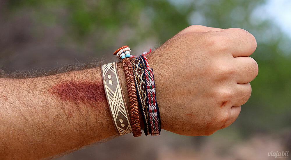 Uma das mulheres da tribo Himba passou a mistura que usam na pele no meu braço - Foto: Viaja Bi!