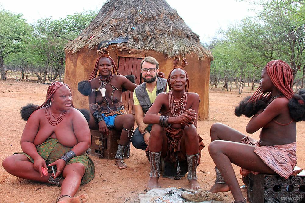 Eu com a matriarca e outras mulheres da tribo Himba, na Namíbia - Foto: Seu Mochilão
