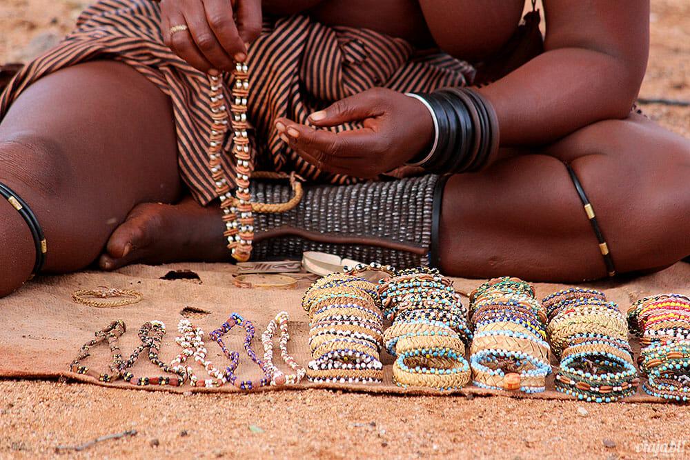 Souvenirs vendidos pelas mulheres da tribo Himba, na Namíbia - Foto: Viaja Bi!